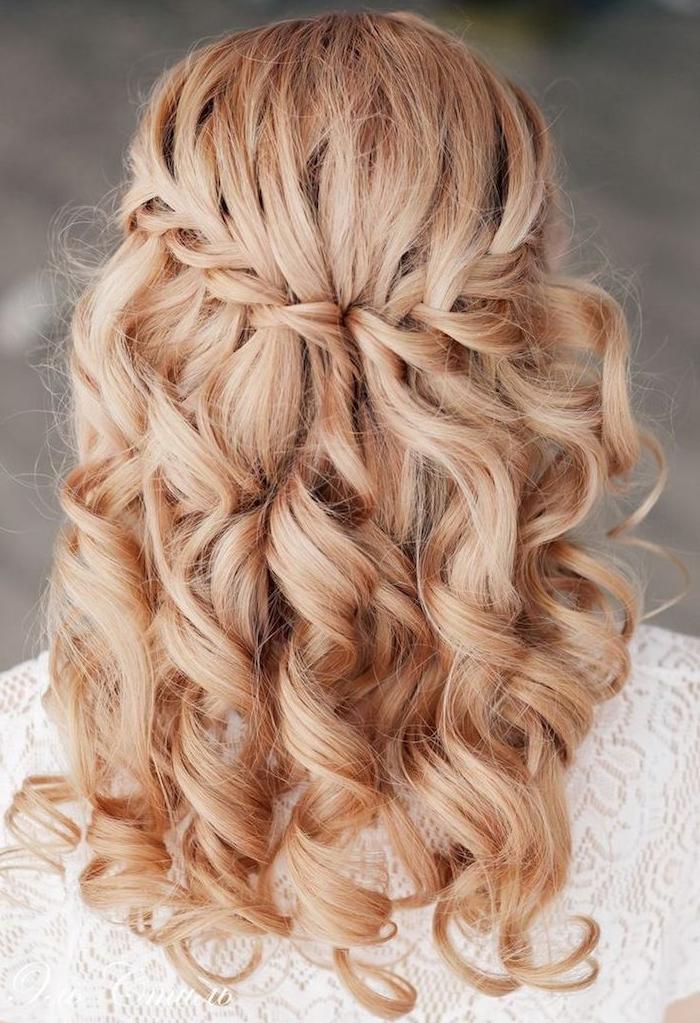 tresse en cascade sur cheveux mi long, idée de coiffure de mariée sur cheveux bouclés blond