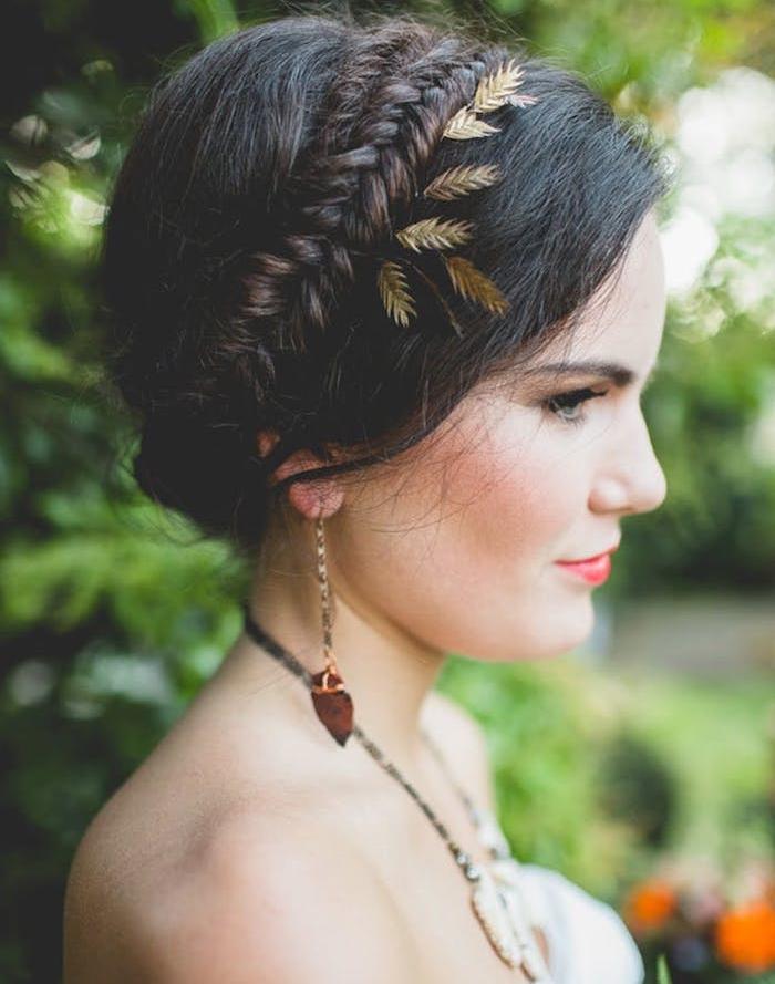 couronne tresse cheveux chatain foncé avec décoration accessoire cheveux feuillages