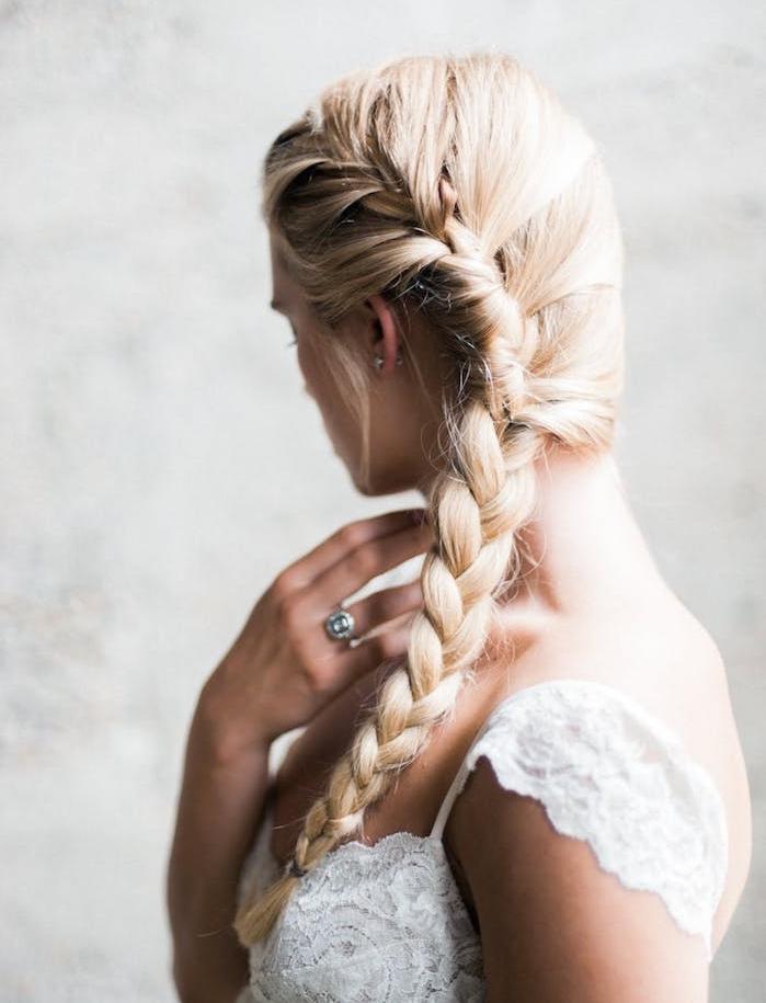 coiffure tresse africaine de coté sur cheveux longs blond, robe de mariée avec manche tombante