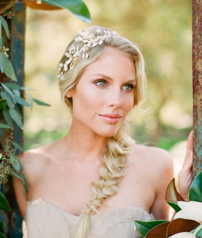 exemple de tresse desserrée et accessoire cheveux couronne de branches artificielles
