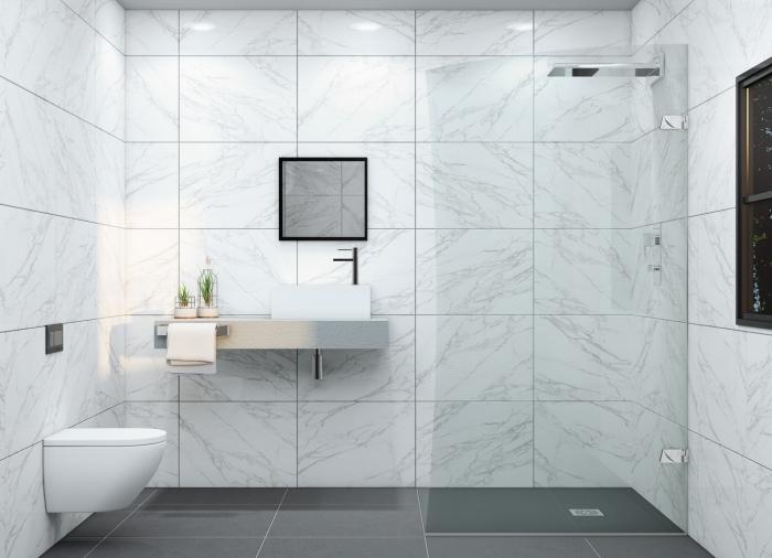 modèle de salle de bain italienne petite surface décorée en carrelage design marbre blanc et gris avec cuvette wc suspendu en blanc