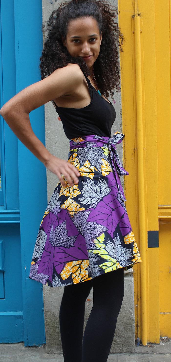 jupe en pagne avec imprimé wax fleuilles multicolores mi longue avec leggings noirs