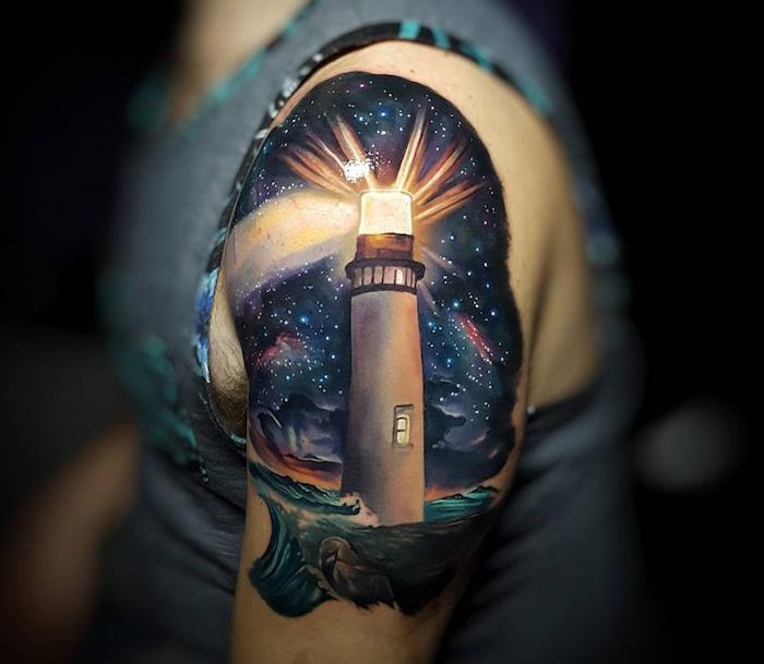 tatouage phare éclairé ciel étoilé constellation et mer sur l'épaule et le haut du bras homme