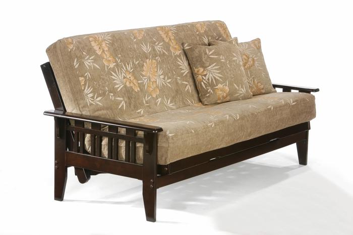comment customiser un meuble, un canapé en style Voltaire en tissu marron et beige avec des accents oranges, bois marron foncé laqué, deux grands coussins carrés