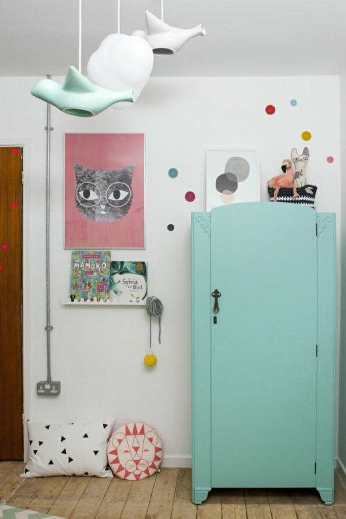 chambre d'enfant avec armoire en bois peinte en vert turquoise, luminaires suspendus extravagants en blanc et vert turquoise en forme de théières et tasses, peindre un meuble en nuances pastels