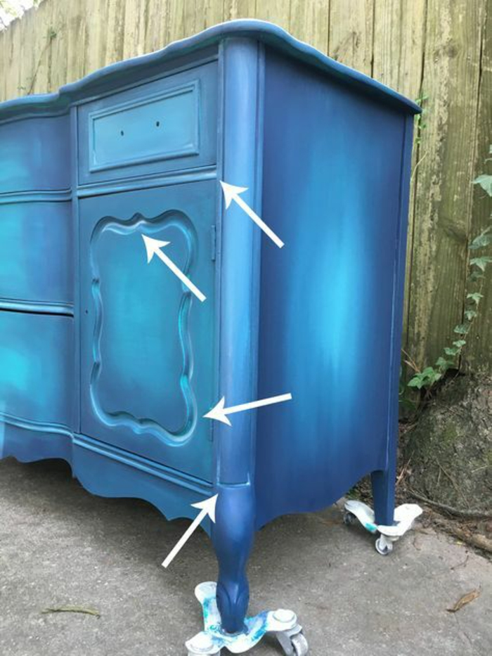 peindre un meuble en bleu roi, pieds taille moyenne, absence de poignées, procès de travail en cours, clôture de jardin en vert olive clair