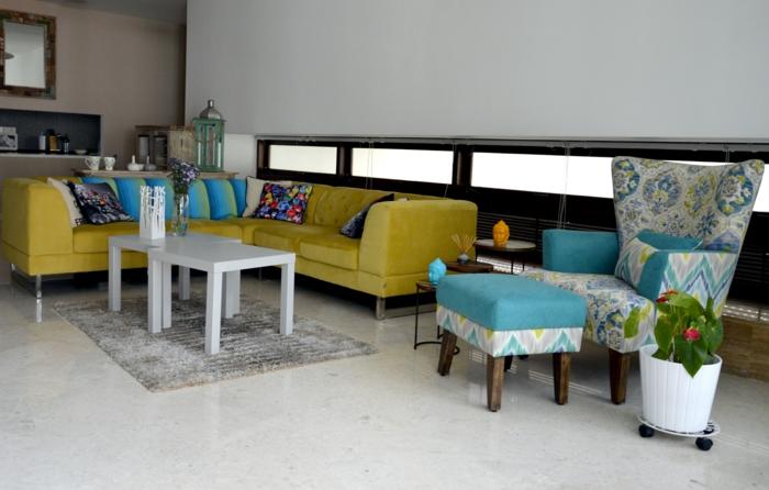 renover meuble bois, canapé d'angle en jaune citron, fauteuil au tissu en bleu pastel, tabouret en bleu pastel et jaune, un meuble en bois