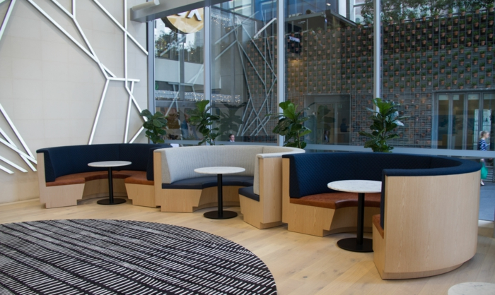 peindre un meuble, trois canapés en forme de semi-cercle, grand tapis rond en noir et blanc, parquet en bois blanc PVC