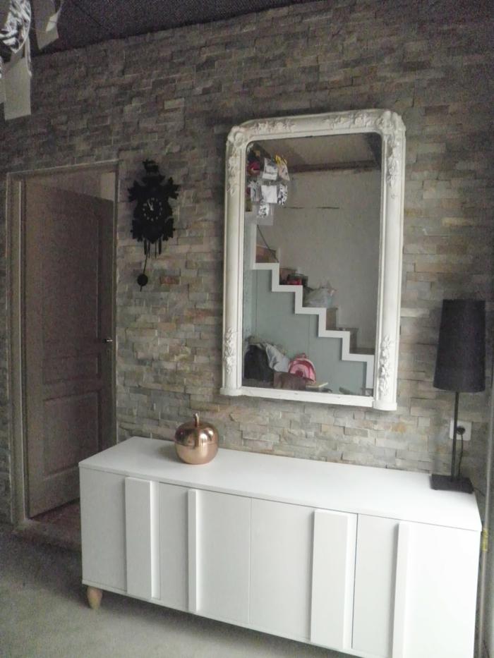 customiser un meuble, grand miroir au cadre blanc, meuble rectangulaire blanc, tiroirs avec des poignées insérées, mur en pierres brutes en gris et beige