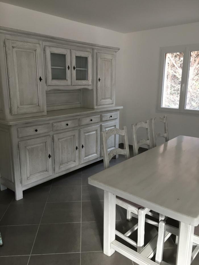 customiser un meuble de cuisine en blanc patine, grande armoire pour les vaisselles, grande table carrée, carrelage noir, trois chaises sans accoudoirs