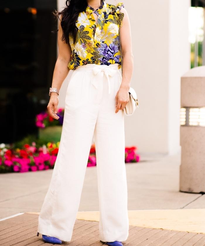 idée comment bien s'habiller pour l'été en pantalon fluide femme avec top jaune fleuris et chaussures de couleur ultra violet