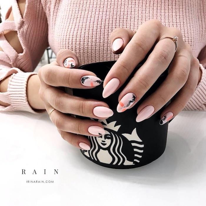 Beau modèle ongle, modele d'ongle en gel, modele ongle nail art, ongle rose pale avec effet marbre, tasse à café starbucks