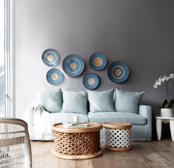 objets traditionnels de style africain pour aménager en salon avec deco ethnique chic, petit salon aux murs gris clair avec parquet bois
