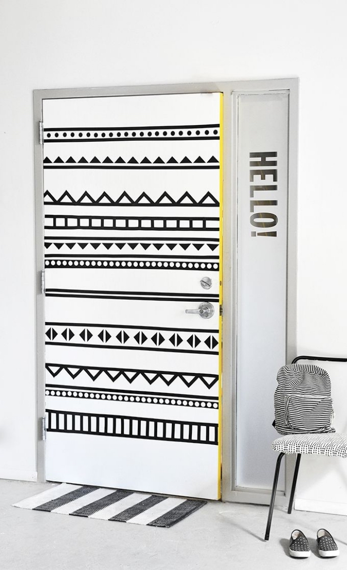 recouvrir porte interieure de motifs graphiques noirs réalisés avec du ruban adhésif, idée pour relooker la chambre d'ado