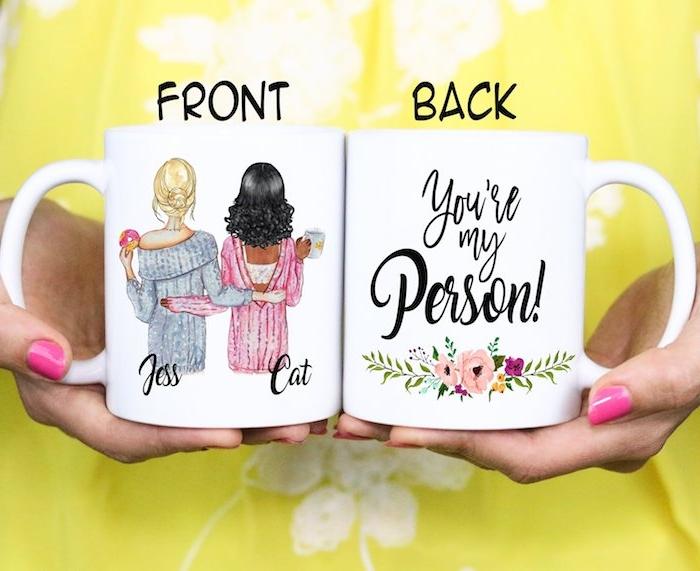 cadeau pour sa meilleure amie personnalisé, dessin meilleures amies et texte original sur le dos avec décoration dessin de fleurs