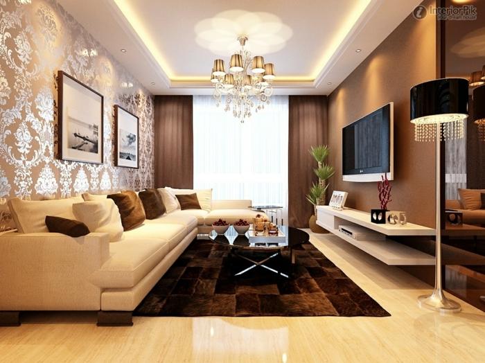 tapis wengé rectangulaire, mur couleur wengé clair, papier peint baroque, grand canapé crème