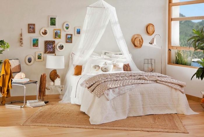 modèle de chambre boheme chic moderne aux murs blancs avec parquet clair, exemple de décoration murale avec cadres photos à tailles et couleurs différentes