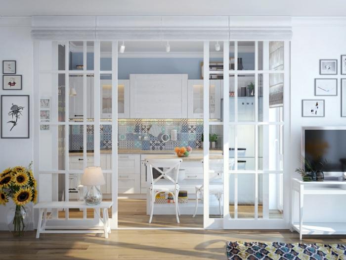crédence bleue, verrière d'artiste blanche, cuisine ouverte sur salon, bouquet de tournesols