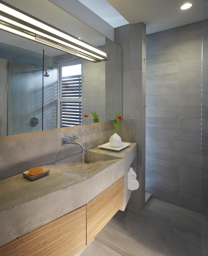 enduit salle de bain avec meuble lavabo beton ciree et carrelage sol et mur gris ciment