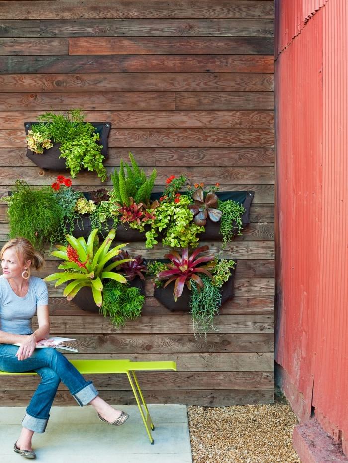 des poches individuelles pour créer un mini-jardin vertical dans un petit jardin, système de mur végétal adapté pour les petits espaces