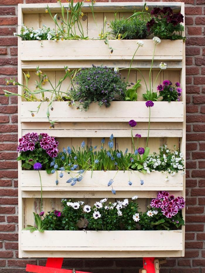 comment réaliser un mur végétal palette pour une déco murale de jardin à petit budget, idée pour une jardinière en bois récup