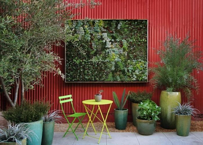 un mur végétal extérieur pour masquer un mur disgracieux et créer un coin de verdure original dans le jardin, un mur végétal avec structure modulaire pour une mise en place facile