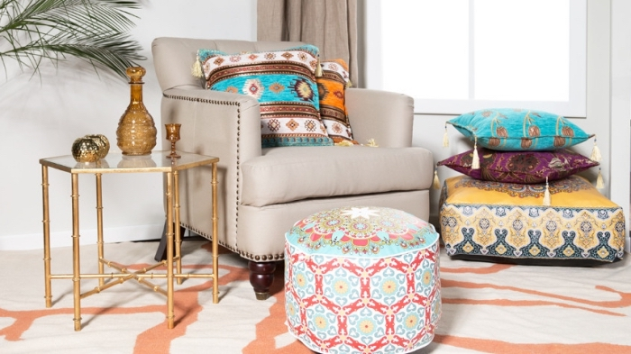 objets d'esprit oriental pour une déco de salon ethnique, pièce blanche avec meubles à finition bois et or