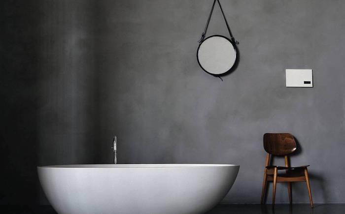 photo kit beton ciré salle de bain sur mur anthracite et baignoire ilot pour déco minimaliste scandinave