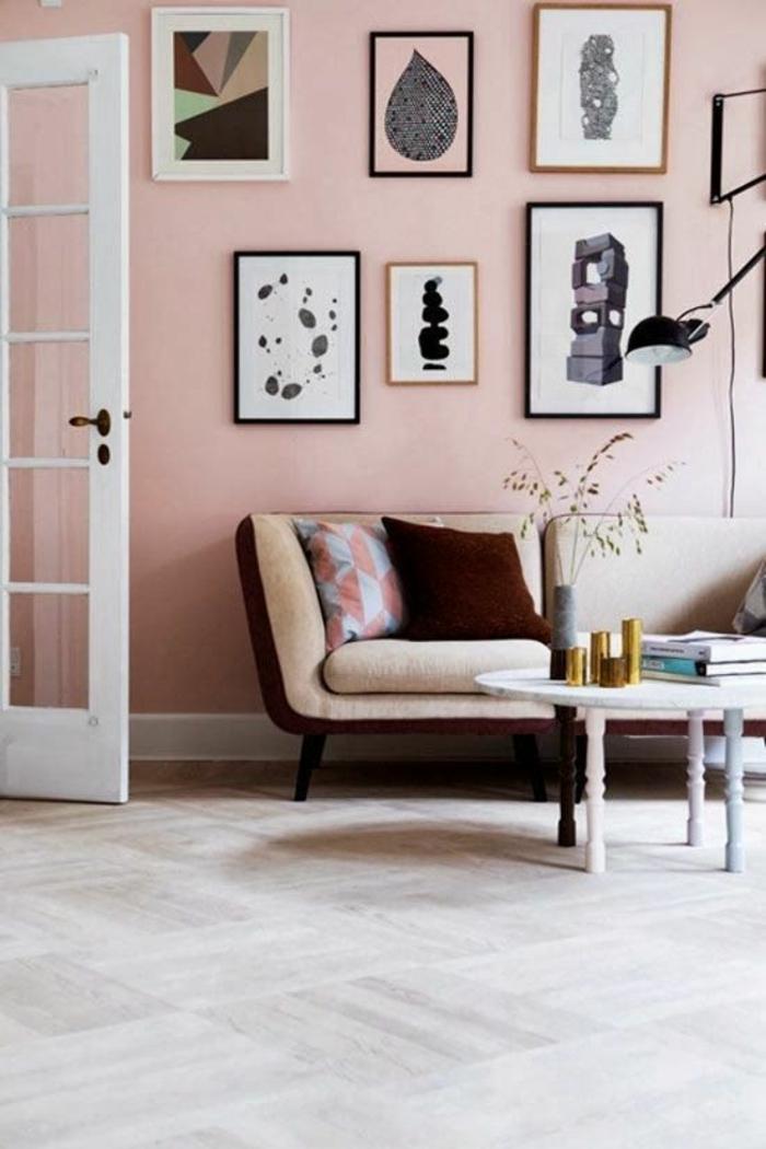 chambre gris et blanc, parquet clair couleur sable, six tableaux décoratifs, chambre blanche et grise, porte blanche, rose noir et blanc, canapé en jaune pale