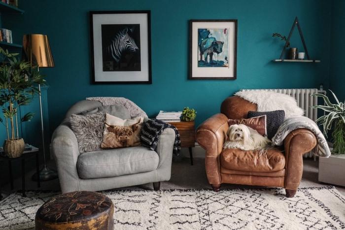 mur bleu canard qui donne une sensation de profondeur au petit salon aux accents bohème chic
