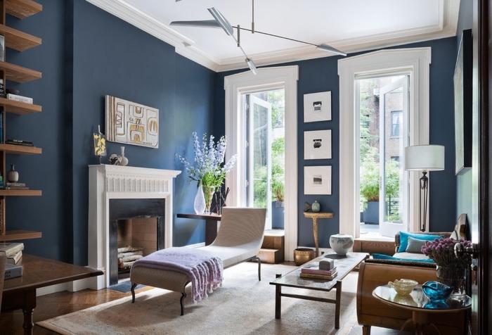 deco salon bleu et blanc aux accents bruns et bois qui réchauffe l'ambiance et apporte une sensation de paix
