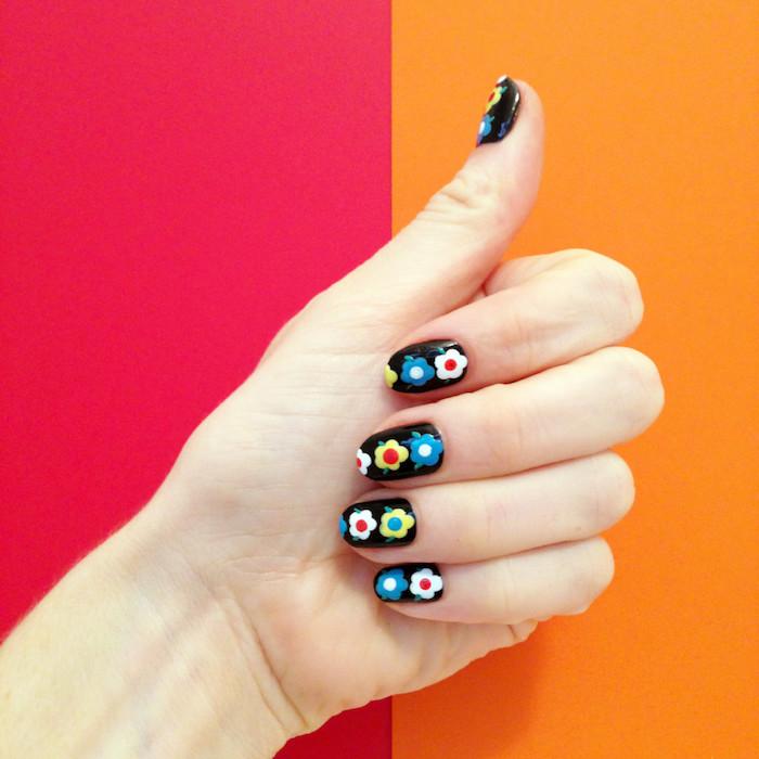 Idee ongle avec vernis gel, modèle ongle en gel, modele ongle nail art image beauté, dessin trois fleurs sur chaque ongle