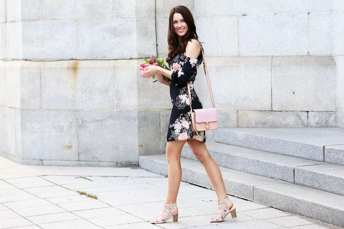 Idée tenue mariage champetre idée invitée mariage champetre robe pour toute occasion noire robe courte fleurie manche longue epaule denudee