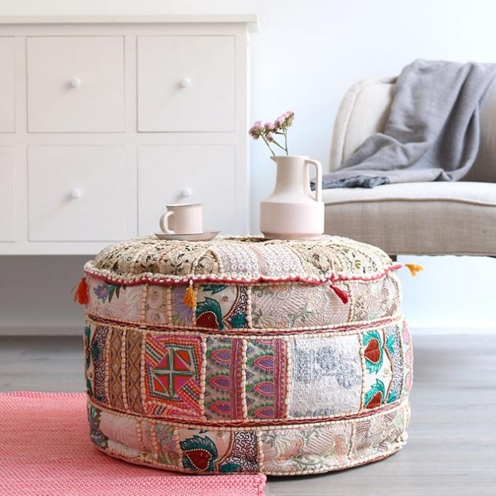 modèle de pouf patchwork avec différents morceaux de tissu coloré aux motifs ethniques, déco salon ethnique et exotique