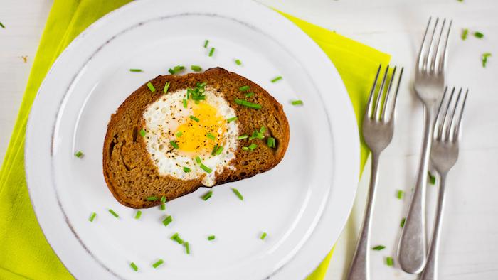 oeufs dans un toast idée de déjeuner du matin super facile à créer, recette repas enfant facile a faire