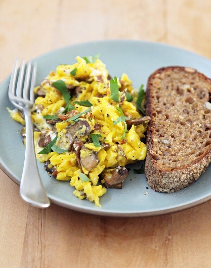 oeufs brouillés aux champignons, petit déjeuner équilibré exemple, tranche de pain complet protéiné
