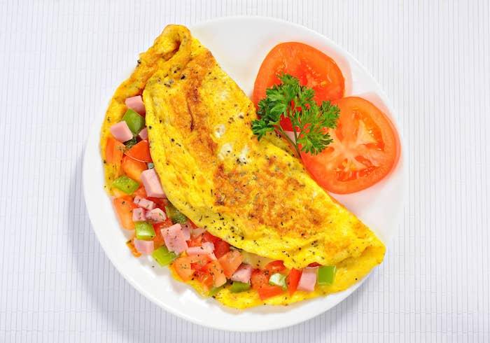 omelette au jambon et légumes pour petit déjeuner du matin a faire soi meme, repas simple et rapide