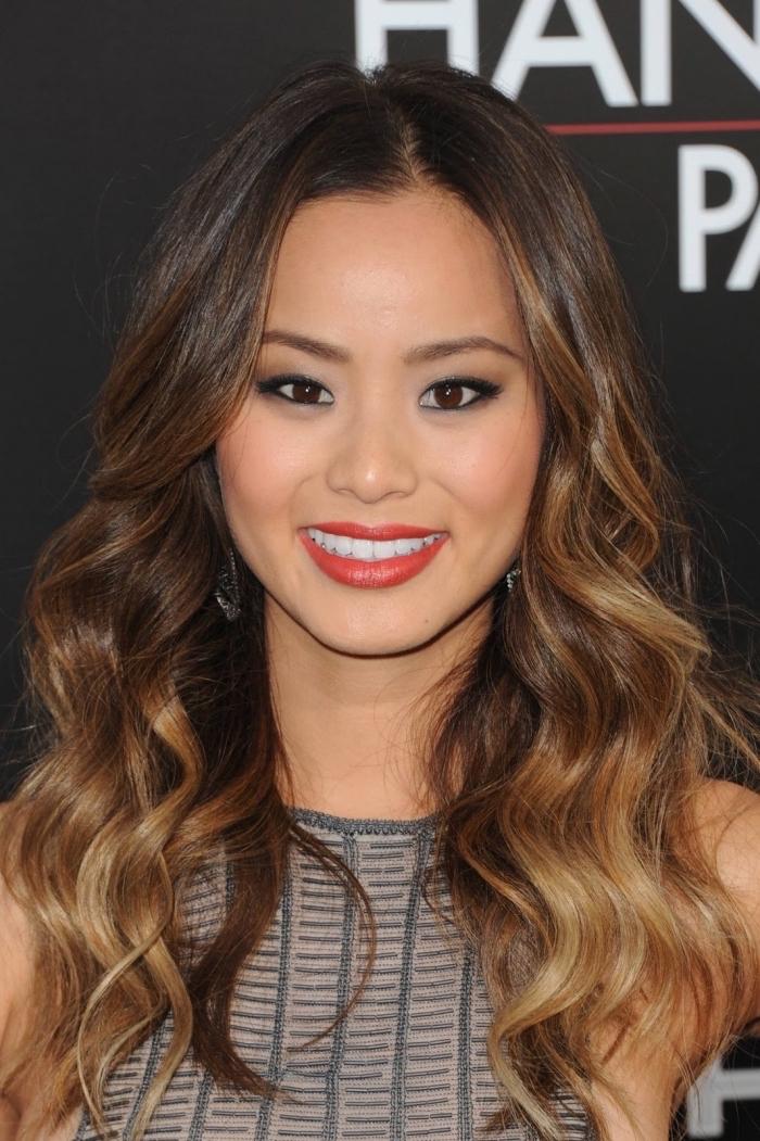 idée maquillage pour yeux marron avec rouge à lèvres rouge, exemple meches blondes sur brune avec pointes éclaircies