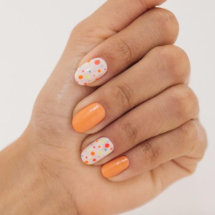Deco ongle gel, idée manucure vernis gel, modele ongle nail art, beaute féminine, manucure orange et blanc à pois avec vernis gel