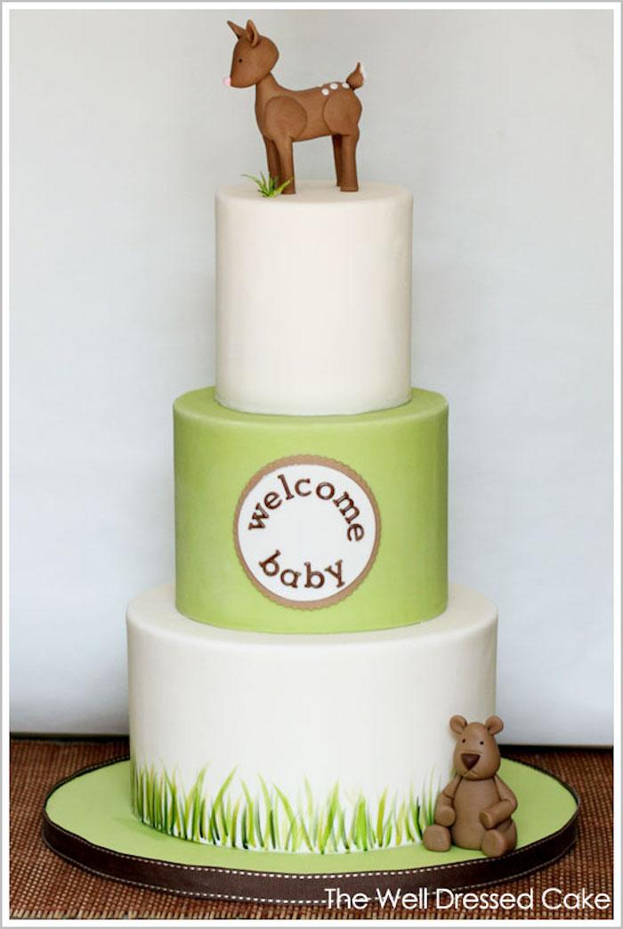 Gâteau en trois étages, ourson et cerf en sucre, gâteau baby shower pâte à sucre