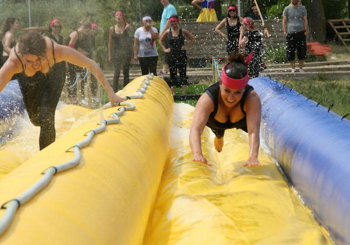 Jeux evjf activité enterrement de vie de jeune fille deguisement evjf sport et amusement parc de chateaux gonflables eau idée originale