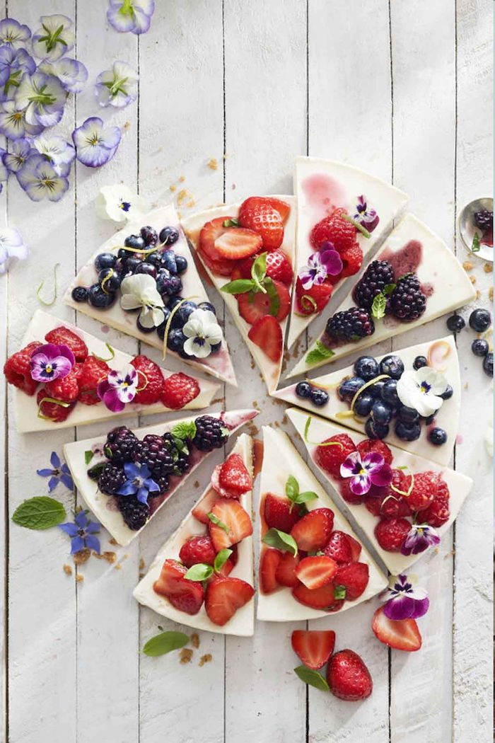 Cheesecake fruits fleurs comestibles, gateau baby shower simple et à bon gout