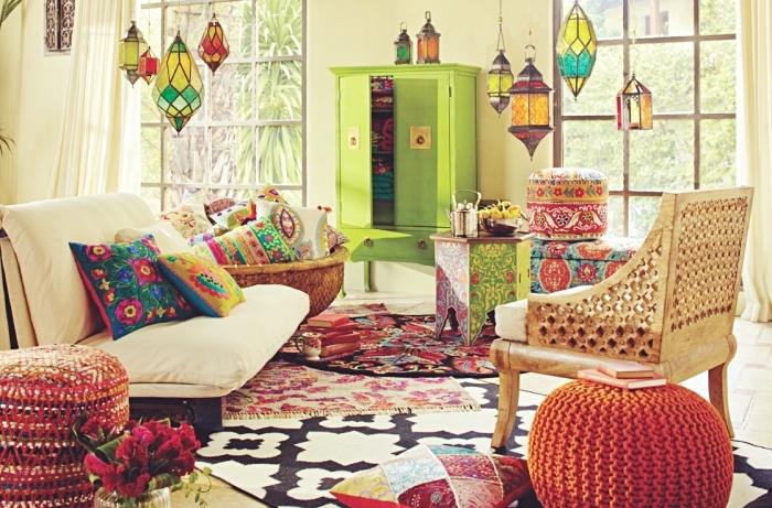 modèles de lampes suspendues marocaines à design mosaique coloré, déco de salon traditionnel avec coussins et tapis ethniques