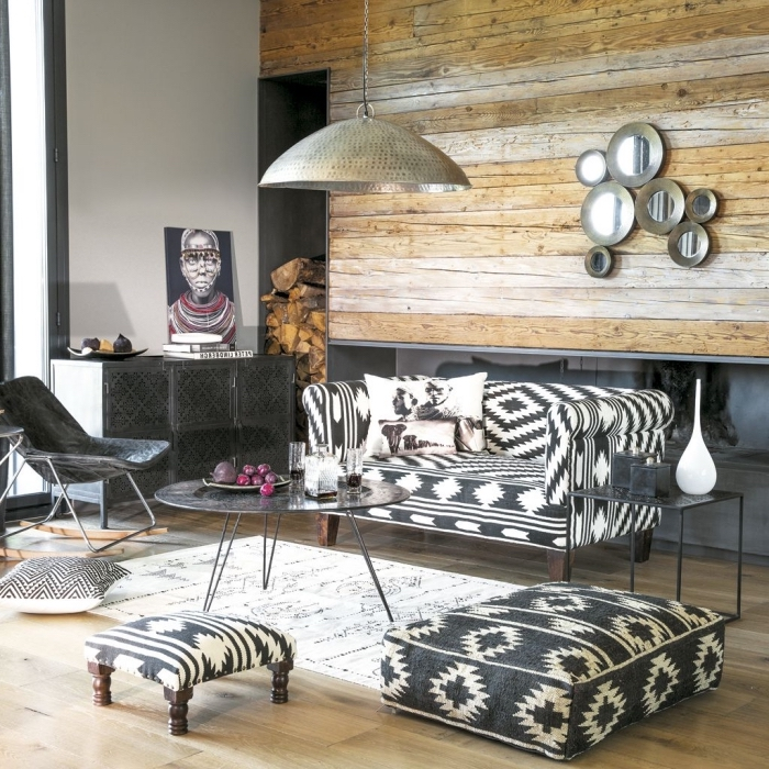 décoration de style africain avec objets navajo et meubles en fer, modèle de tapis ethnique blanc, canapé blanc et noir aux motifs ethniques