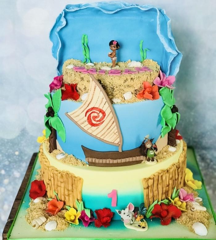 réaliser un gâteau à design océan et sable avec fondant coloré et fleurs en pâte à sucre, modèle de gâteau à étages