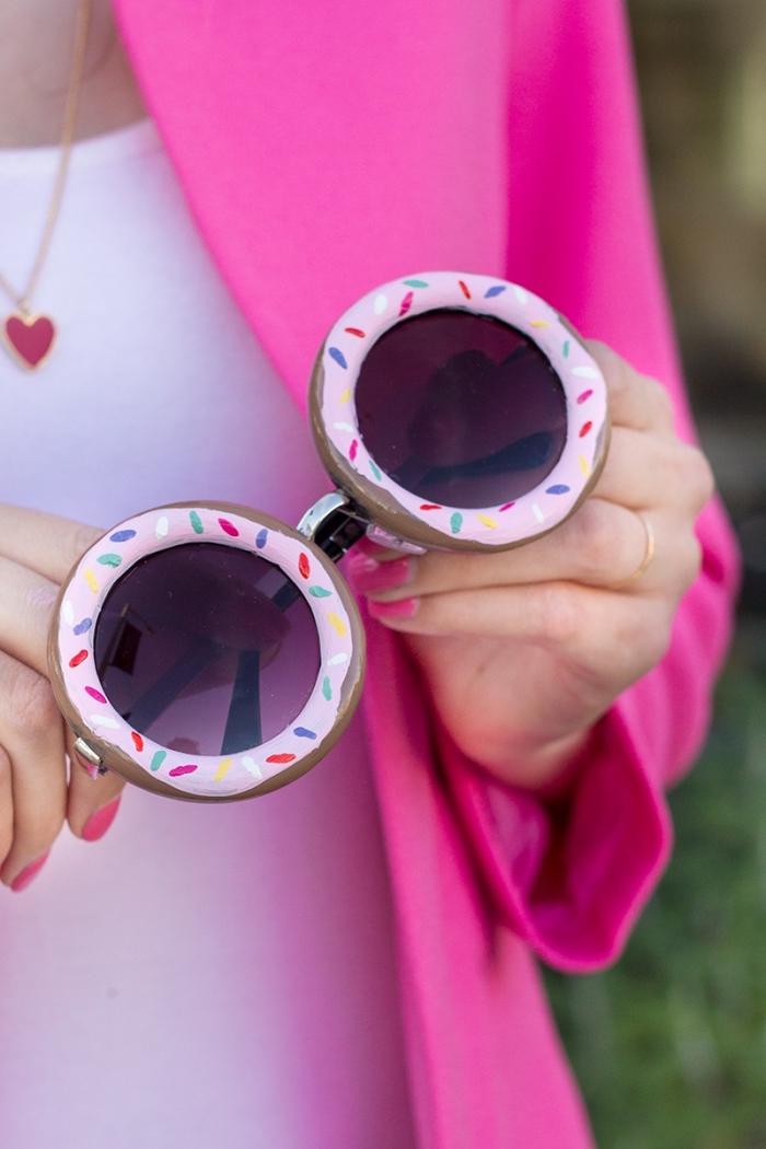 idée comment personnaliser ses lunettes de soleil avec une décoration à design donut rose, activité manuelle facile et rapide