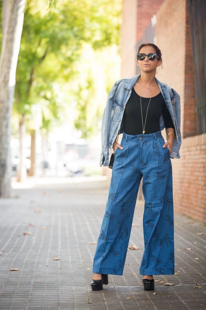 comment porter une chemise ou veste en denim avec pantalon fluide femme à design denim et top noir avec bijoux en or