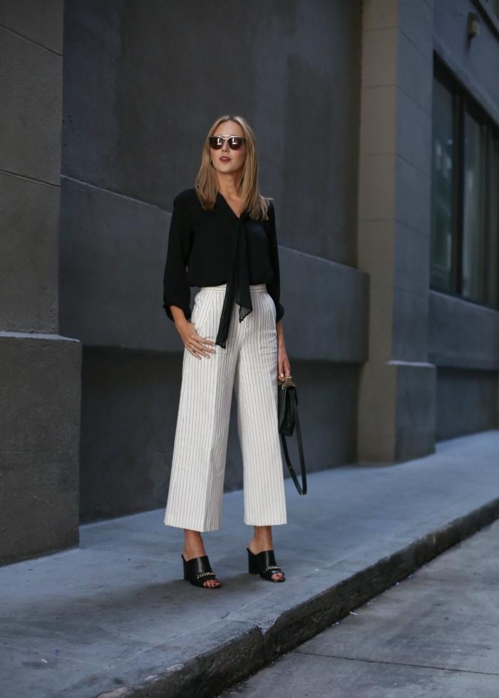 tenue élégante en blanc et noir avec pantacourt rayé en blanc et gris clair combiné avec chemise noire et sandales hautes