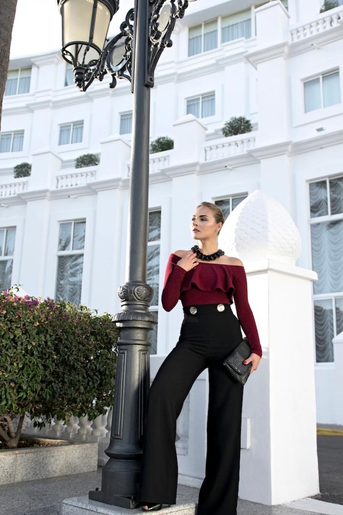 modèle de pantalon femme taille haute chic de couleur noire combiné avec top bordeaux aux manches tombantes