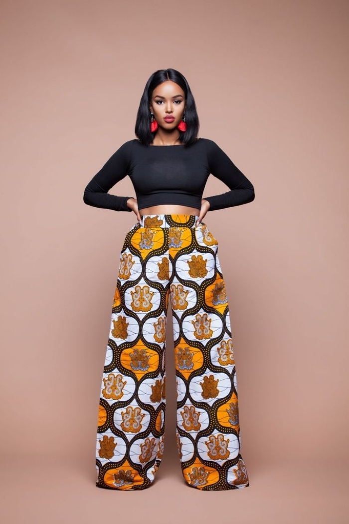 un pantalon palazzo en tissu africain à motifs stylisés combiné avec un top moulant noir